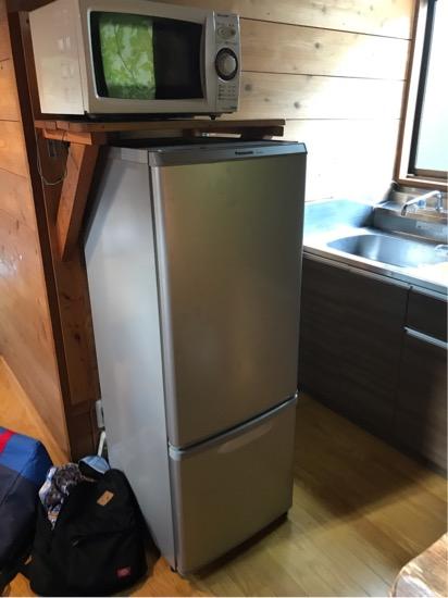 コテージ森林村の冷蔵庫と電子レンジ
